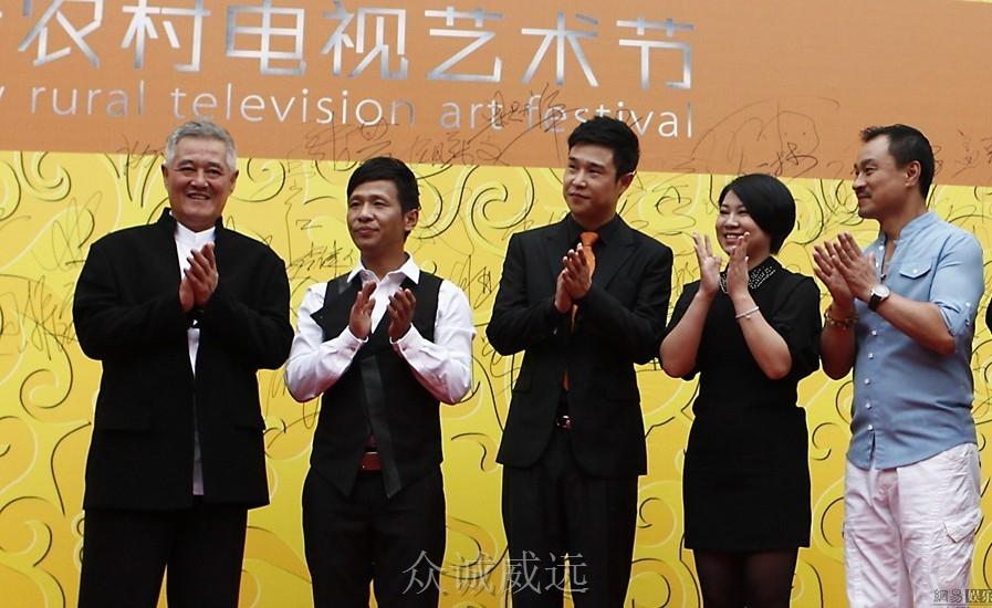 颁奖晚会上,赵本山携徒弟小沈阳,宋小宝以及沈春阳高调亮相.